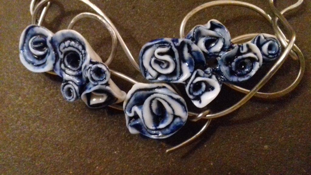 collier chaîne roses bleuess